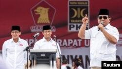ນາຍພົນທະຫານ ປຣາໂບໂວ ຊູບຽນໂຕ (Prabowo Subianto) ຂອງອິນໂດເນເຊຍ (ຂວາ) ໂອ້ລົມກັບ ພວກທີ່ສະໜັບສະໜຸນທ່ານ ໃນນາມທີ່ເປັນ ປະທານພັກ ເຈີຣິນດຣາ (Gerindra)