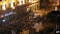 Polisi anti huru-hara Lebanon menembakkan gas air mata ke arah masa yang sedang melakukan protes tentang krisis sampah di Beirut, Lebanon, Sabtu, 22 Agustus 2015.