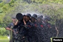 지난달 중국령 홍콩의 군 기지에서 중국 인민해방군이 훈련을 하고 있다.