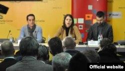 Predstavnici Fonda za humanitarno pravo predstavljaju dosije o prikrivanju dokaza o ratnim zločinima na Kosovu 1999-2000, u Beogradu 31. januara 2017. (Medija centar Beograd, www.mc.rs)