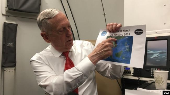 Bộ trường Quốc phòng Mỹ James Mattis chỉ vào một tấm ảnh về bản đồ biển Đông trên chuyến bay tới Hà Nội sau khi rời Indonesia. Người đứng đầu Lầu Năm Góc tới Hà Nội nhằm tìm kiếm mối quan hệ an ninh mạnh mẽ hơn trong bối cảnh Trung Quốc bành trướng trên biển Đông.