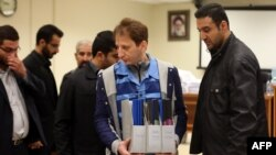 A picture made available on March 6, 2016 shows Iran's billionaire tycoon Babak Zanjani (C) in a court in Tehran.