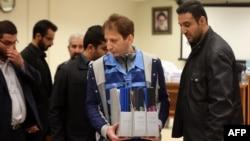 Бабак Занджани (в центре) в зале суда в Тегеране. 6 марта 2016 г.