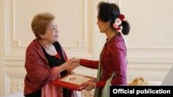 ICOE အစီရင္ခံစာကို ႏိုင္ငံေတာ္ အတိုင္ပင္ခံထံ ေပးအပ္စဥ္( Myanmar State Counsellor Office)