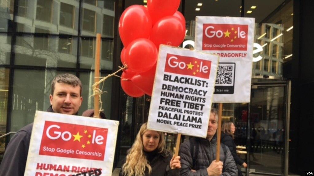 """抗议者高举各式标语,呼吁谷歌放弃""""蜻蜓计划""""(美国之音江静玲拍摄)"""