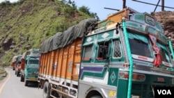 لائن آف کنٹرول کے پار سے ٹرکوں کا قافلہ تجارتی سامان لا رہا ہے۔