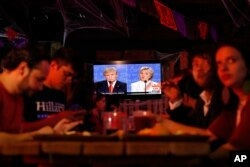 Customers watch the third and last U.S. presidential debate at the Pinche Gringo BBQ restaurant in Mexico City, Oct. 19, 2016.