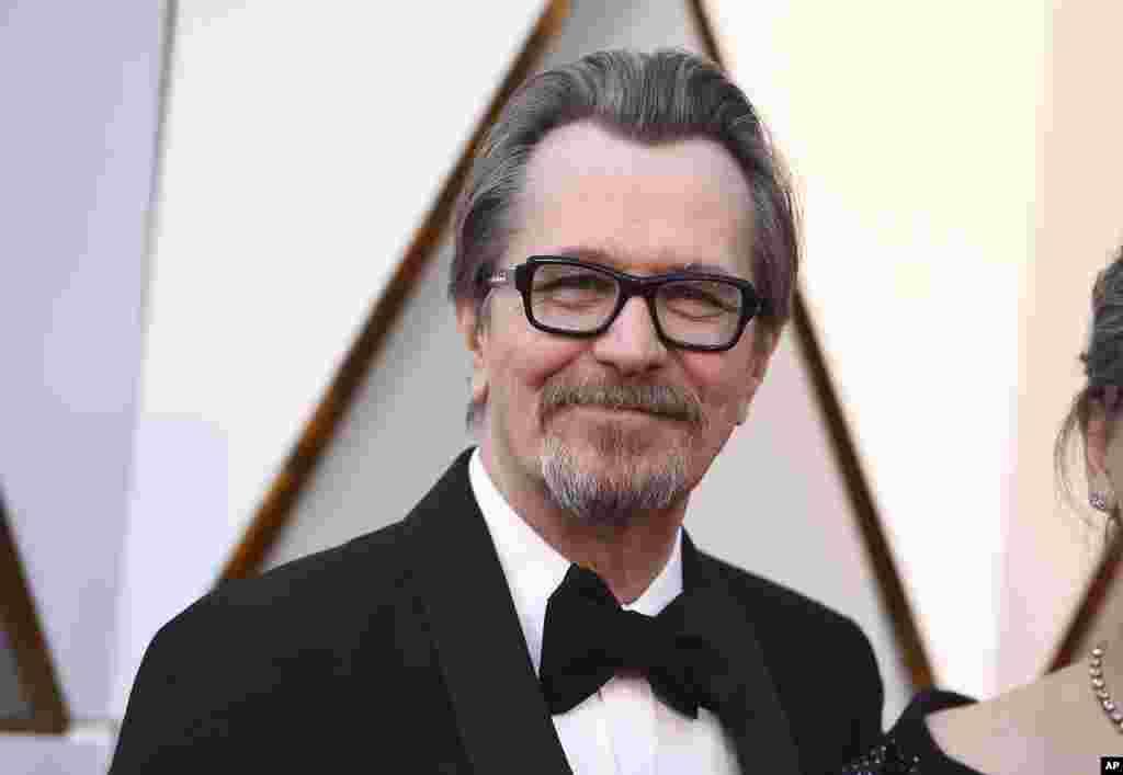 فرش قرمز اسکار ۹۰ - «گری اولدمن» که با فیلم «تاریکترین ساعت» در نقش وینستون چرچیل، پیشتر جایزه گلدن گلوب را از آن خود کرده بود.