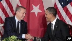 Turkiya bosh vaziri Rajab Toyib Erdog'an (chapda) va AQSh prezidenti Barak Obama