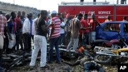 Mutane sun taru a inda Bom ya fashe a tashar motar haya ta Nyanya, kilomita 16 daga tsakiyar birnin Abuja, Najeriya, Afrilu 14, 2014.