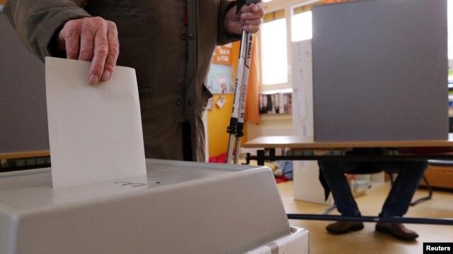 Một cử tri bỏ phiếu trong cuộc bầu cử trong bang Lower Saxony, Đức, 20/1/13