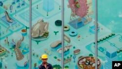 2017年6月27日北京市高級商業區一名工人在新建商場前。