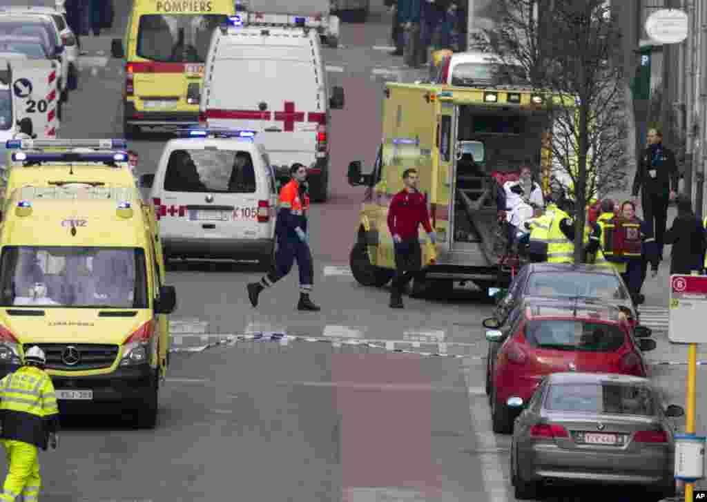 آمبولانس ها و ماموران اورژانس زخمی های انفجار در ایستگاه مرکزی متروی بروکسل را تخلیه می کنند.