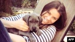 Brittany Maynadr y su perro Gran Danés, Charlie, posan en esta foto de 2013 distribuida por Compassion & Choices el 30 de octubre de 2014.