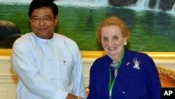 ອະດີດລັດຖະມົນຕີຕ່າງປະເທດສະຫະລັດ ທ່ານນາງ Madeleine Albright ຈັບມືກັບ ຮອງປະທານາທິບໍດີມຽນມາ ທ່ານ Nyan Tun (ຊ້າຍ) ໃນວັນທີ 3 ມິຖຸນາ ຢູ່ນະຄອນຫຼວງ Naypyitaw.