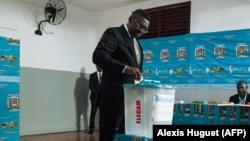 Ferdinand Ngoh Ngoh, secrétaire général de la présidence, est le premier électeur dans le bureau de vote où le président Paul Biya était attendu au quartier Bastos, à Yaoundé, le 7 octobre 2018.