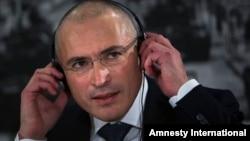 Ông Mikhail Khodorkovsky, trước đây là vua dầu hoả, đã thành lập công ty Yukos, bị ở tù 10 năm và được phóng thích vào tháng 12 năm 2013