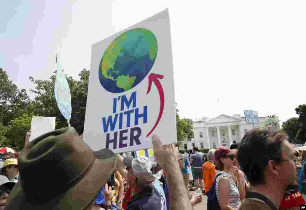 Los participantes caminan por la avenida Pennsylvania frente a la Casa Blanca en Washington, durante una manifestación el 29 de abril de 2017.