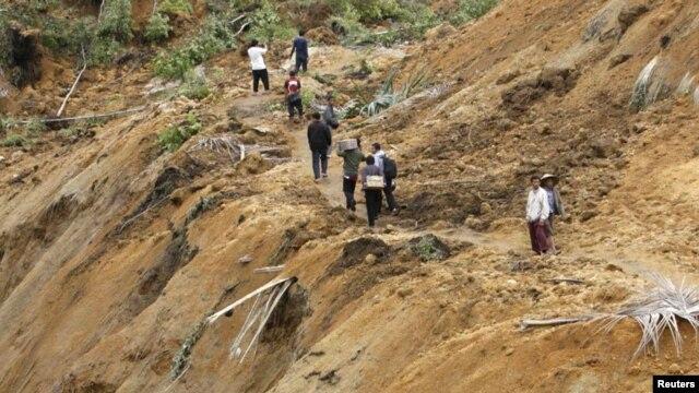 Warga di Koto Timur, Padang Pariaman, Sumatera Barat memeriksa lokasi tanah longsor akibat gempa bumi (foto: 3 Oktober 2009).
