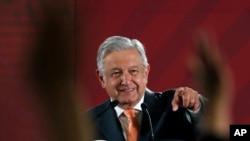 ប្រធានាធិបតីប្រទេសម៉ិកស៊ិកលោក Andres Manuel Lopez Obrador ឆ្លើយសំណួររបស់អ្នកសារព័ត៌មានអំឡុងសន្និសីទកាសែតប្រចាំថ្ងៃរៀងរាល់ម៉ោង៧ព្រឹកនៅវិមានជាតិក្នុងទីក្រុងម៉ិកស៊ិក កាលពីថ្ងៃទី៩ ខែមេសា ឆ្នាំ២០១៩។