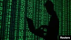 Ilustração mostra um homem acedendo a uma base de dados