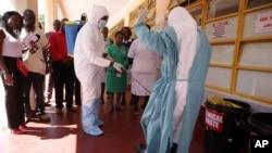 一名护士在参观津巴布韦哈拉雷一处埃博拉中心时接受消毒喷洒处理。(2013年9月23日)