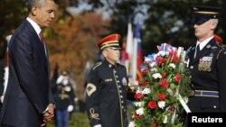 ປະທານາທິບໍດີສະຫະລັດ ທ່ານບາຣັກ ໂອບາມາໄປວາງພວງມາລາ ຢູ່ທີ່ຂຸມຝັງສົບຂອງທະຫານນີລະນາມ ທີ່ສຸສານແຫ່ງຊາດ Arlington ໃກ້ກັບນະຄອນ ຫລວງວໍຊິງຕັນ ໃນວັນທີ 11 ພະຈິກ 2012 (UNITED STATES - Tags: POLITICS MILITARY)