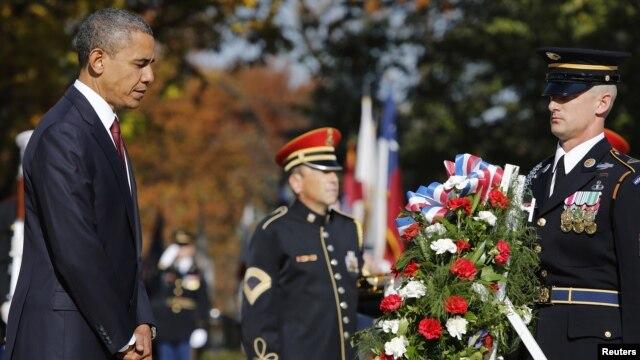 Tổng thống Obama đặt vòng hoa tưởng niệm ngày Cựu chiến binh tại Mộ Chiến sĩ Vô danh trong Nghĩa trang Quốc gia Arlington ở Arlington, Virginia, ngày 11/11/2012.