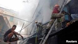 27일 인도 콜카타시의 한 시장에서 발생한 화재로 18명이 숨졌다.