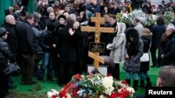 在俄羅斯,人們向被槍殺的反對派領導人涅姆佐夫致哀