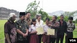 Dirjen UNESCO, Irina Bokova berfoto bersama para volunteer pembersihan Candi Borobudur (19/11).