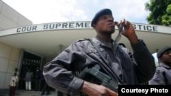 Policier moko liboso ya Cour suprême na Kinshasa, RDC, 18 novembre 2006.