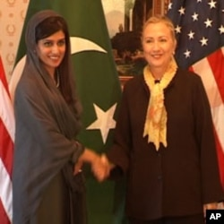 U.S. Secretary of State Hillary Rodham Clinton, right, and Pakistan's Foreign Minister Hina Rabbani Khar (File Photo)