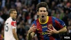 Bintang Barcelona Lionel Messi (kanan) dinilai sebagai salah satu pemain terbaik dunia.