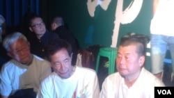 天主教香港教区荣休主教陈日君(左一)(美国之音图片)