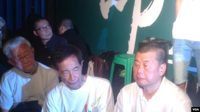 陈日君(左一)等9/26在政总外声援占领公民广场学生(美国之音图片)