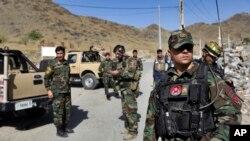 Pasukan khusus Afghanistan berjaga-jaga di lokasi ledakan bom mobil bunuh diri yang menewaskan setidaknya empat orang, di pinggiran Kabul, Afghanistan, Kamis, 12 September 2019. (Foto: AP)