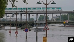 Paris est sous les eaux, photo prise près du pont Bir Hakeim bridge, France, le 4 juin 2016.