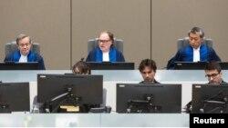Hakim Cuno Tarfusser (tengah), hakim Chang-ho Chung (kanan) dan hakim Marc Perrin de Brichambautat (kiri) mengeluarkan sebuah keputusan tentang kegagalan Afrika Selatan untuk menangkap Omar al-Bashir, dalam sebuah sesi ICC di Den Haag, 6 Juli , 2017. (REUTERS/Evert Elzinga/Pool)