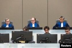Hakim Cuno Tarfusser (tengah), hakim Chang-ho Chung (kanan) dan hakim Marc Perrin de Brichambautat (kiri) di ruang sidang ICC di Den Haag, 6 Juli , 2017. (Foto: dok).