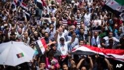 Partidarios del presidente Morsi expresan su apoyo en una marcha realizada en las proximidades de la Universidad de Giza, en El Cairo.