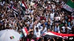 2일 이집트 카이로대학 인근 광장에서 무함마드 무르시 이집트 대통령 지지자들이 행진하고 있다.