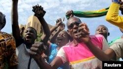 Anti-coup protesters sing the Burkinabe national anthem in Ouagadougou, Burkina Faso, Sept. 22, 2015.