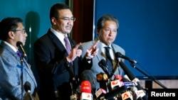 Menteri Transportasi Malaysia, Hishammuddin Hussein (tengah) memberikan keterangan dalam konferensi pers di terkait hilangnya pesawat Malaysia Airlines dengan nomor penerbangan MH370, di Bandara Internasional Kuala Lumpur (18/3).