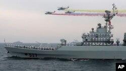Tàu chiến và trực thăng Trung Quốc diễn tập trên biển cho lễ kỷ niệm 60 năm ngày thành lập lực lượng hải quân năm 2009.