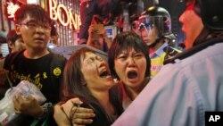 ក្រុមបាតុករបានទ្រហ៊ោយំនៅខណៈពេលដែលប៉ួលិសបានព្យាយាមរារាំងការឃាំងផ្លូវរបស់ពួកគេនៅ សង្កាត់ Mong Kok កោះហុងកុង នាថ្ងៃទី២៦ ខែវិច្ឆិកា ឆ្នាំ២០១៤។