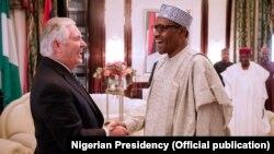 Le secrétaire d'Etat américain Rex Tillerson et le président Nigerian Muhammadu Buhari à State House, Abuja, 12 mars 2018.