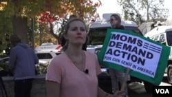 Grace Fisher, seorang ibu, khawatir dengan keselamatan ketiga anaknya. Dia berkata ada hal yang harus diubah dalam aturan penggunaan senjata. Fisher tinggal di kawasan dekat Thousand Oaks, lokasi penembakan massal terbaru di AS. (E. Lee/VOA)