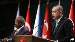 លោកប្រធានាធិបតីតួកគី Recep Tayyip Erdogan (រូបស្តាំ) ថ្លែងនៅក្នុងសន្និសីទកាសែតរួមមួយចាមួយនឹងលោក İsmail Omar Guelleh ប្រធានាធិបតីជីប៊ូទី (Djibouti) នៅក្នុងក្រុងអង់ការ៉ា ប្រទេសតួកគី កាលពីថ្ងៃទី១៩ ខែធ្នូ ឆ្នាំ២០១៧។