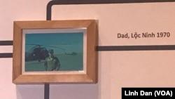 Bức tranh mà Tiffany Chung tìm thấy về bố cô, phi công Chung Tử Bửu, được trưng bày tại triển lãm.